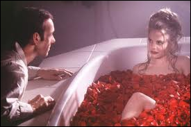Film américain de Sam Mendes, (1999) avec Kevin Spacey et Annette Bening qui décrit l'inéluctable décomposition d'une famille américaine  modèle .