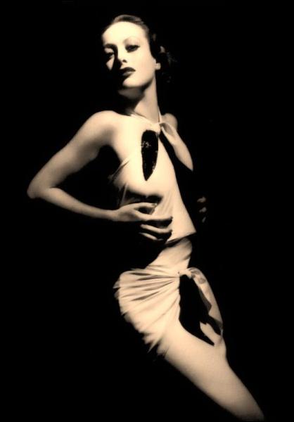 Dans le film 'Grand Hôtel' sorti en 1932, quelle actrice vole la vedette à Greta Garbo grâce à son jeu plus sobre, plus moderne et moins maniéré ?