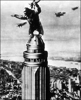 Dans le film 'King Kong' de 1933, sur quel bâtiment new-yorkais mythique le singe géant mène-t-il son dernier combat ?