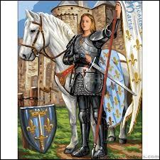 Lorsqu'elle se présenta au dauphin, Jeanne d'Arc annonça quatre événements. Deux seront réalisés de son vivant. Que n'a-t-elle pas réussi à faire ?