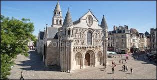 Avant de se voir confier une armée, Jeanne d'Arc fut examinée et questionnée par le parlement du dauphin. Où siégeait-il ?