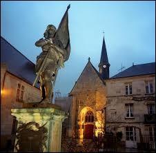 Les ''voix'' de Jeanne d'Arc lui indiquèrent où trouver son épée. Elle se trouvait dans l'église de...
