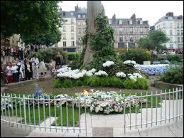 Les restes de son corps furent jetés dans la Seine. Quelle partie serait restée intacte (d'après des témoins) ?