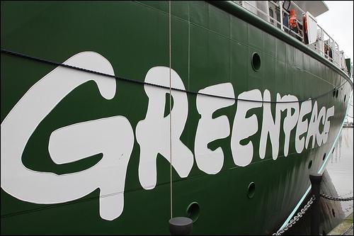 Combien de temps des militants Greenpeace ont-ils pu rester dans l'enceinte de la centrale nucléaire de Cruas, dans l'Ardèche, avant d'être découverts, le 5 décembre ?