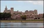 Je reste dans le sud de la France et je me rends dans 'la cité des papes'. Il s'agit de la ville ...