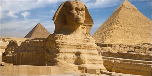 Quelle sculpture égyptienne monumentale a une tête humaine et un corps de lion ?