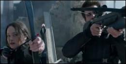Sur quels engins, Katniss et Gale tirent-ils avec un arc et une arbalète munis de flèches explosives ?