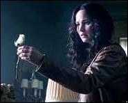 Que symbolise la rose blanche que Katniss tient dans sa main ?