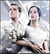 Peeta est également ramené du Capitole à la grande joie de Katniss. Mais il a une réaction inattendue. Que fait-il lorsqu'il la voit ?