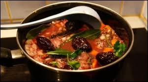 Quelle viande les Tournaisiens mettent à mariner une nuit dans du vin aromatisé avec du thym, des oignons et des carottes avant la cuisson ?