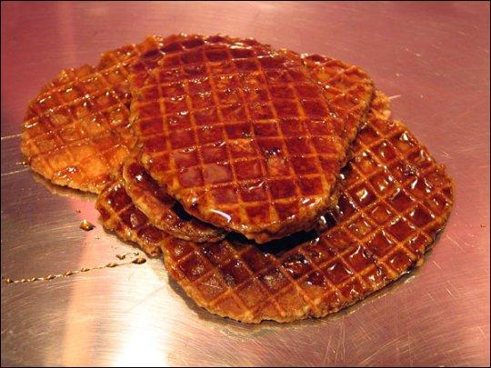 Le Lacquemant est une spécialité liégeoise : il s'agit d'une gaufrette, coupée en deux dans son épaisseur, fourrée et nappée généreusement de