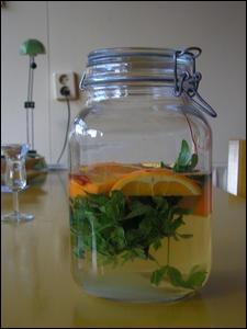 Le 'Maitrank' est une boisson apéritive de la région d'Arlon dont le goût particulier est dû à l'aspérule odorante, aux tranches d'oranges et au... .