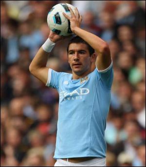 Un arrière gauche recruté pour 22 millions d´euros par Manchester City 2010, ça attire l'attention, non ? Qui est ce joueur serbe passé par la Lazio, finaliste de l'Euro Espoirs en 2007 ?