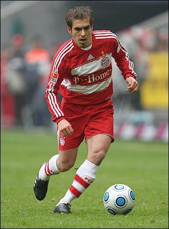 Ce droitier occupe le couloir gauche du Bayern. Un adage du club dit que l'ailier qui l'a derrière lui réussira une bonne saison, et ça se vérifie cette année encore avec Ribéry. Voici…