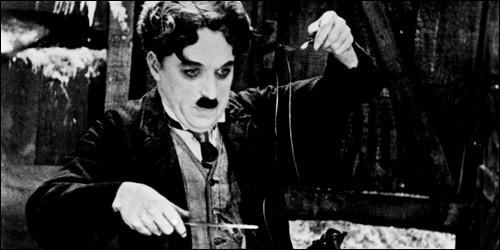 """En quelle année Charlie Chaplin présente-t-il son film """"Ruée vers l'or"""" ?"""