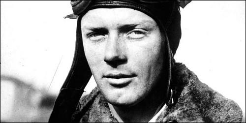 Comment s'appelle le premier pilote à avoir traversé l'Atlantique Nord sans escale en solitaire ?