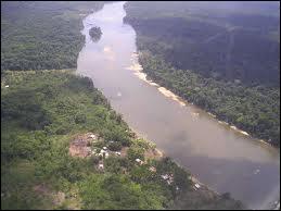 Quel fleuve sert de frontière entre la Guyane et le Suriname ?