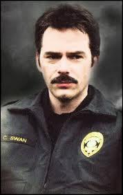Qui joue le rôle de Charlie Swan ?
