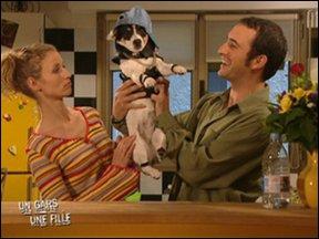 Commet s'appelle le petit chien de la mère a Alex ?