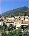 Restons dans la même région et faisons une halte dans 'la capitale de l'olive'. Quelle est cette commune ?