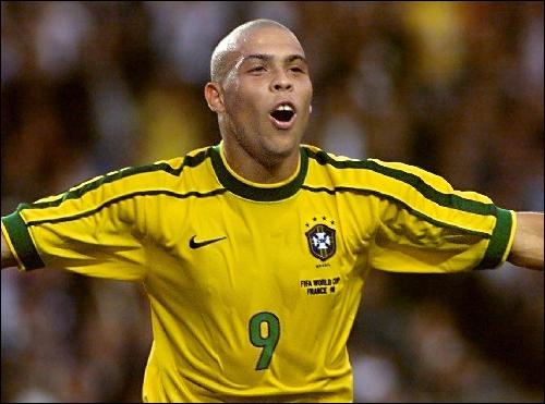 Footballeur hors-norme de par ses caractéristiques, Ronaldo l'est aussi d'un point de vue statistique. Il détient le record de buts marqués en Coupe du Monde, avec…