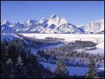 Lorsque l'on monte en montagne, la température :
