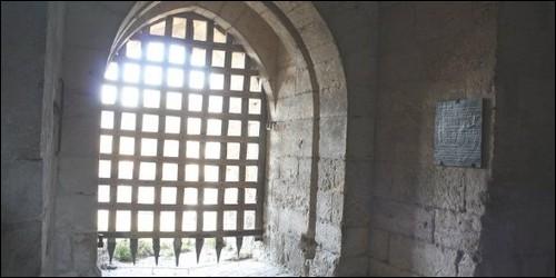 Par quoi la porte d'un château fort était-elle protégée ?