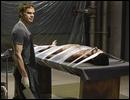 Dans la saison 5, qui 'passe à la table' de Dexter sans y être tué ?