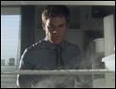 Dans la saison 1, quelle est la particularité de la poupée retrouvée dans le réfrigérateur de Dexter ?