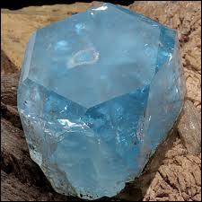 Quelle est cette pierre fine présentée ici de couleur bleue ?