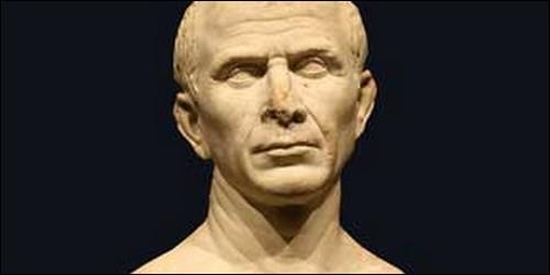 Quel dictateur romain a été tué par son fils adoptif ?