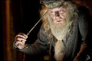A leur retour à Poudlard, Harry et Dumbledore se rendent compte que des Mangemorts ont envahis l'école. Lequel tente de tuer Dumbledore, très affaibli ?