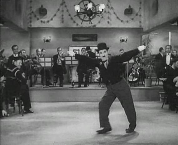 Dans quel film Charlie Chaplin avait-il perdu son texte et inventait-il les paroles de la chanson ''Je cherche après Titine''' ?