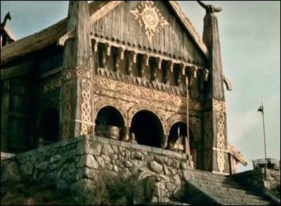 Le palais des rois d'Edoras, la capitale du Rohan, est aussi connu sous le nom de :