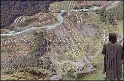 Où l'armée de Théoden campe-t-elle avant de faire route vers Minas Tirith ?