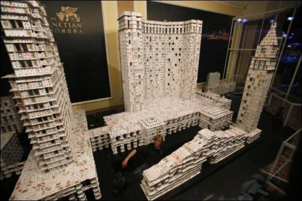 Avec quoi cette réplique du casino, The Venetian Macao, a-t-elle été construite ?