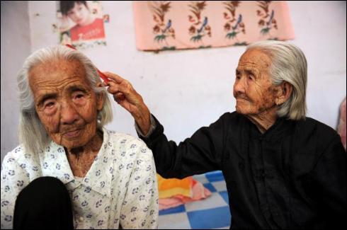 Ces deux femmes sont les plus vieilles :
