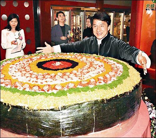 Jackie Chan présente sur cette photo le plus gros sushi du monde. Combien mesure-t-il de diamètre ?