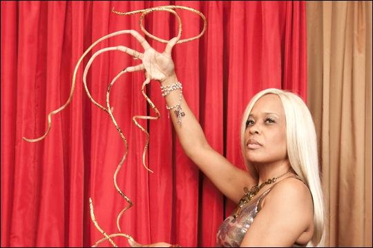 Combien de temps cette femme s'est-elle laissé pousser les ongles ?