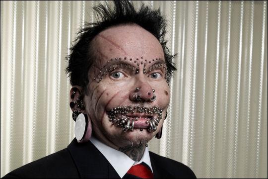 Rolf Buchholz compte 94 piercings :