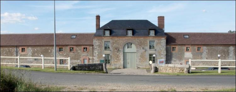 La Maison seigneuriale du Houx apparut dans les écrits en quel siècle ?