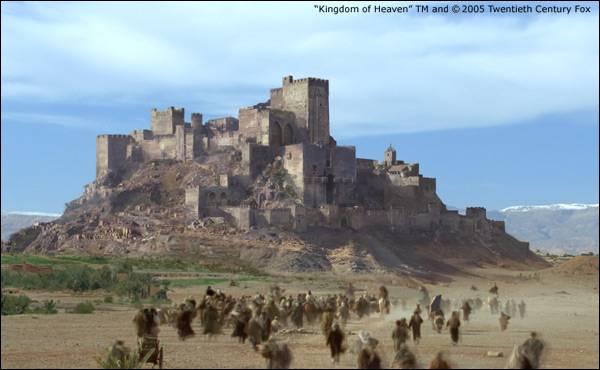 Devant quelle Forteresse, Balian et ses hommes défendent-ils les paysans contre l'armée de Saladin ?