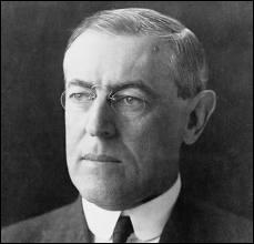 Président des États-Unis d'Amérique de 1913 à 1921, acquéreur du prestigieux prix Nobel de la paix et fondateur de la Société des Nations en 1919.