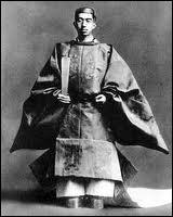 Célèbre empereur du Japon de 1926 à 1989, avec une fonction qui ne conserva qu'un caractère honorifique après la capitulation de son pays le 2 septembre 1945 suite aux bombardements atomiques.