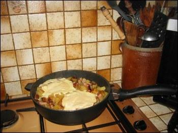 Quel est ce plat de pommes de terres coupées en dés et rissolées, mélangées à des oignons blondis, à des lardons, recouverts de reblochon coupé par moitié, spécialité savoyarde