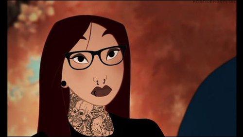 Avec ses lunettes, elle se prête bien au jeu, mais qui est-elle véritablement ?