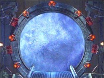 Par quoi passe SG1 pour aller dans une autre planète ?