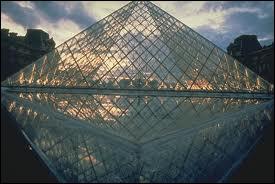 Qui est à l'origine de cette réussite architecturale magistrale, mariant l'Histoire avec ... l'Histoire ?