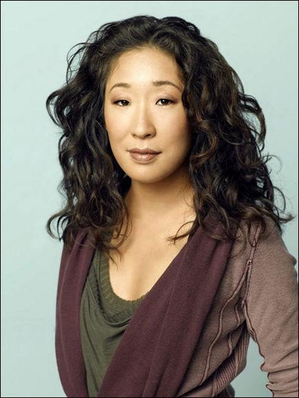 Cette actrice est bilingue. En effet, elle parle couramment l'anglais et ... . .