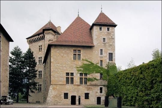 Ancienne résidence des comtes de Genève et des ducs de Genevois-Nemours, ce château est situé dans le département de Haute-Savoie.